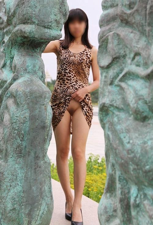 微乳な中国女性の野外露出ヌード画像 5