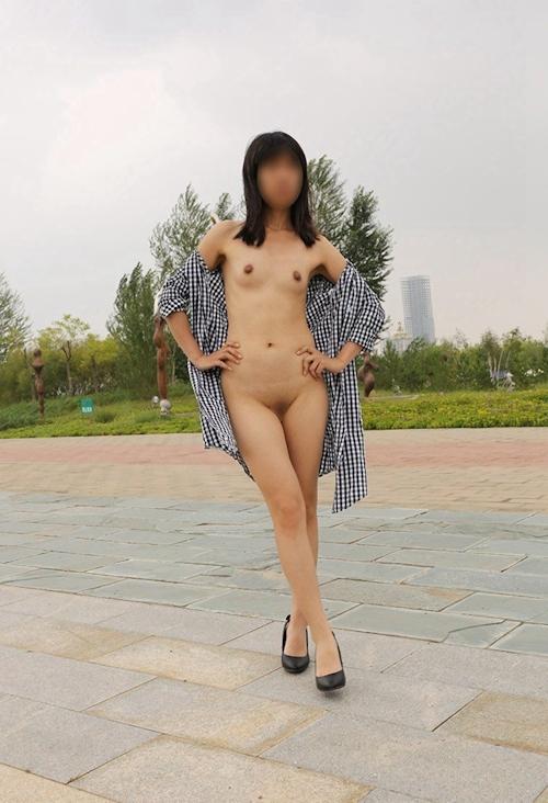 微乳な中国女性の野外露出ヌード画像 9