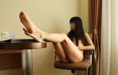 微乳な中国女性の野外露出ヌード画像 17