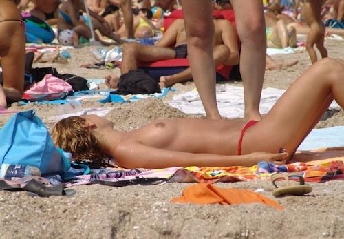 ヌーディストビーチにいた美女のヌード画像 9