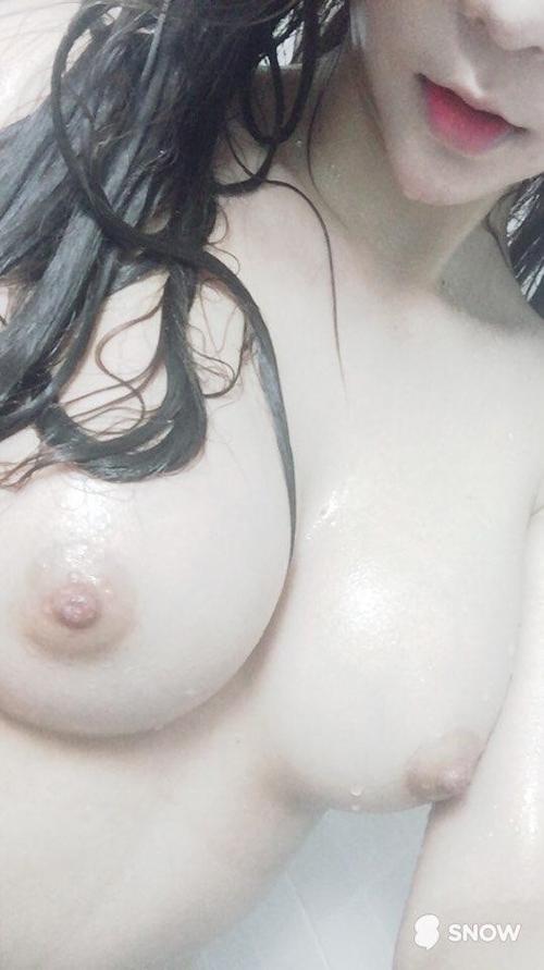 色白美巨乳なアジアン美女の自分撮りヌード画像 6