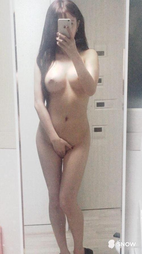 色白美巨乳なアジアン美女の自分撮りヌード画像 13