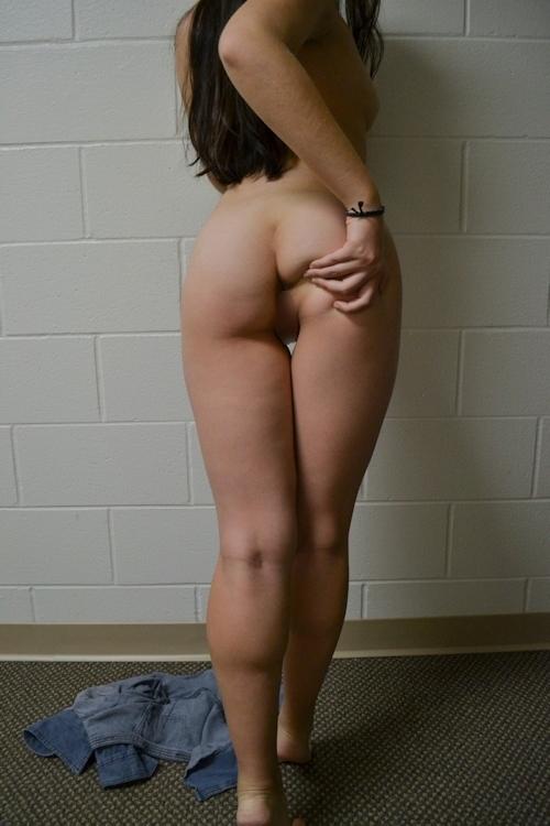 巨乳なアジア女性のヌード画像 9