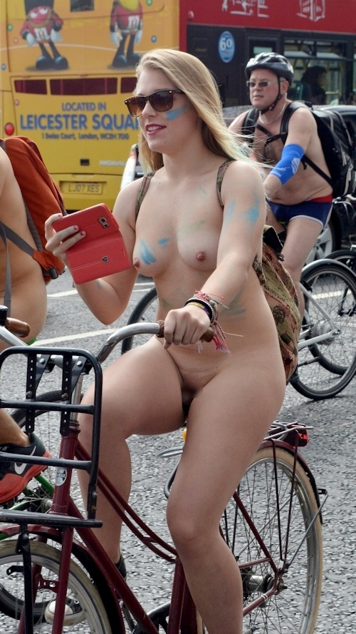 全裸で自転車に乗るイベント「Naked Bike Ride」に全裸で参加していた金髪美女のヌード画像 3