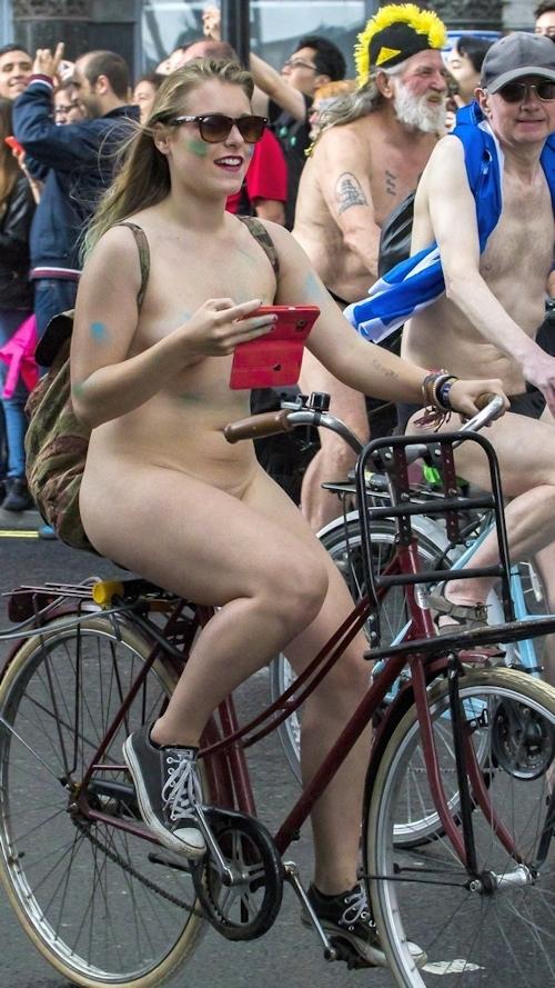 全裸で自転車に乗るイベント「Naked Bike Ride」に全裸で参加していた金髪美女のヌード画像 4