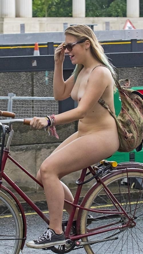 全裸で自転車に乗るイベント「Naked Bike Ride」に全裸で参加していた金髪美女のヌード画像 7