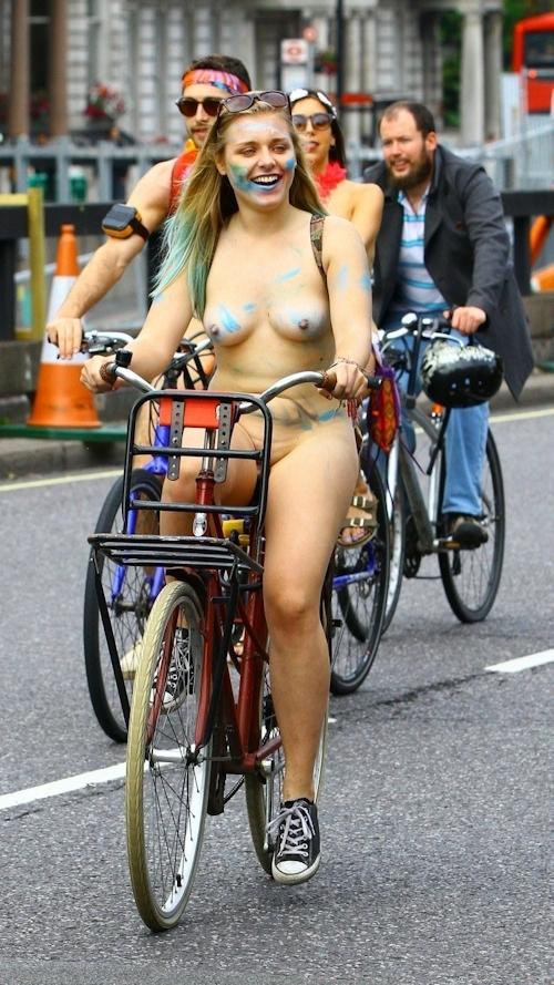 全裸で自転車に乗るイベント「Naked Bike Ride」に全裸で参加していた金髪美女のヌード画像 9