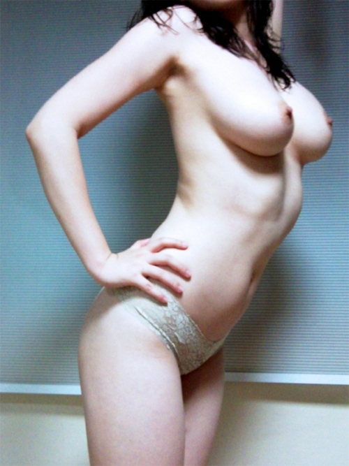 ジーンズを履いた巨乳女性のヌード画像 5