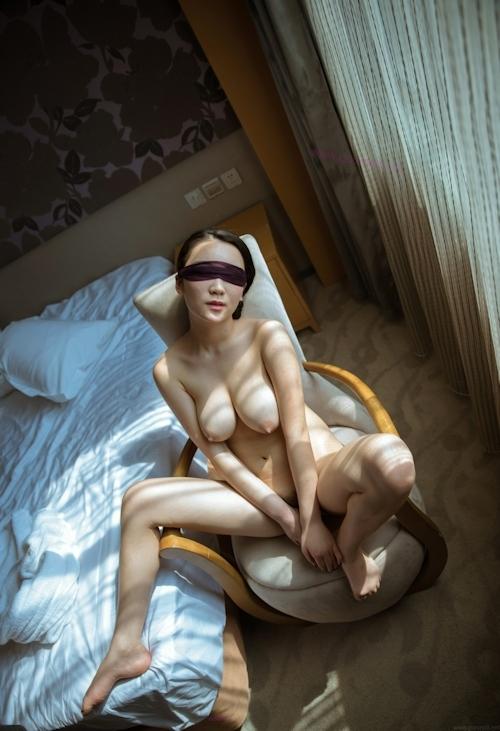 巨乳女性の目隠しヌード画像 3
