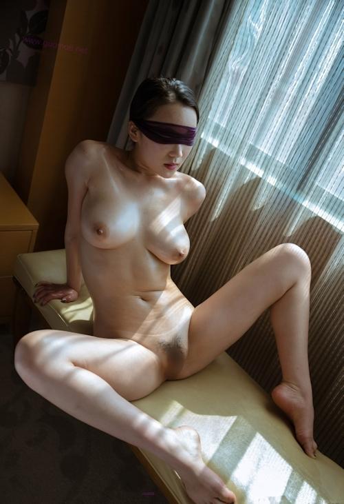 巨乳女性の目隠しヌード画像 7