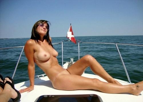 海で裸になってる西洋美女のヌード画像 4