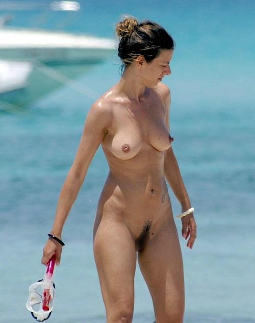 海で裸になってる西洋美女のヌード画像 12