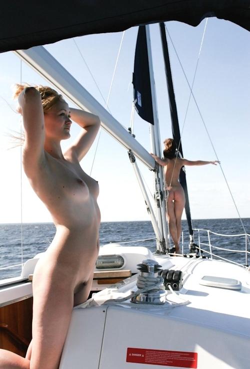 海で裸になってる西洋美女のヌード画像 13