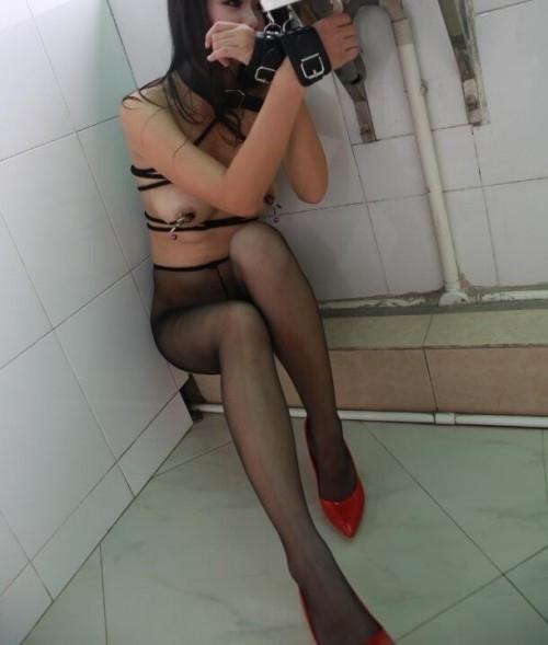 巨乳な中国美女の調教ヌード画像 10