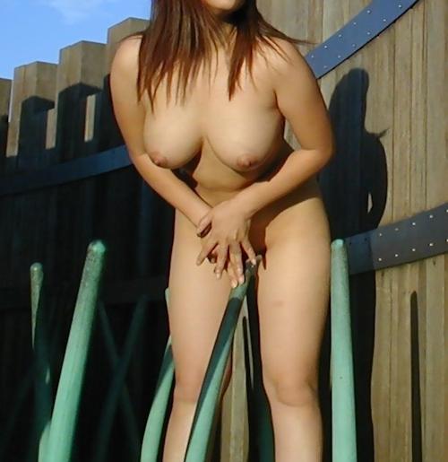 巨乳&パイパンな素人女性の野外露出ヌード画像 7
