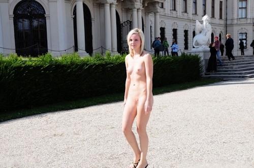 野外や公共の場で裸になっちゃってる西洋美女のヌード画像 5