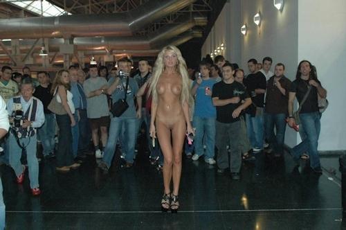 野外や公共の場で裸になっちゃってる西洋美女のヌード画像 10