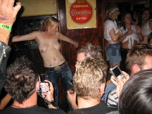 野外や公共の場で裸になっちゃってる西洋美女のヌード画像 13