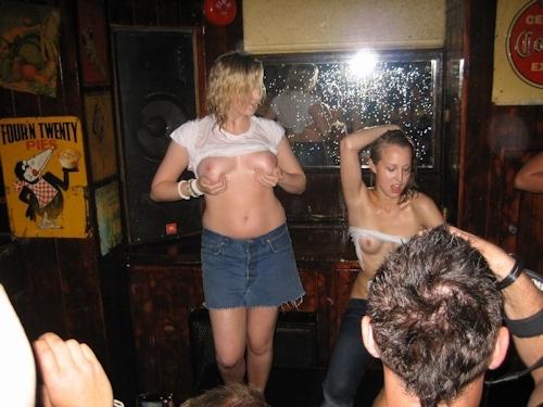 野外や公共の場で裸になっちゃってる西洋美女のヌード画像 17