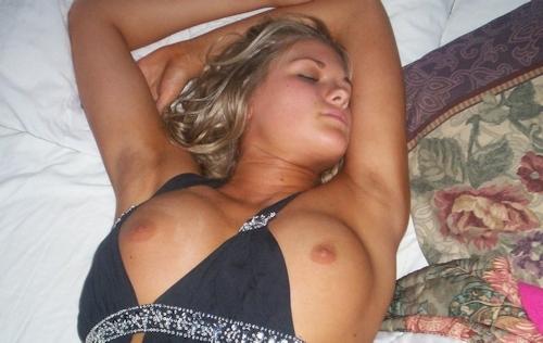 熟睡してる西洋素人女性のヌード画像 4