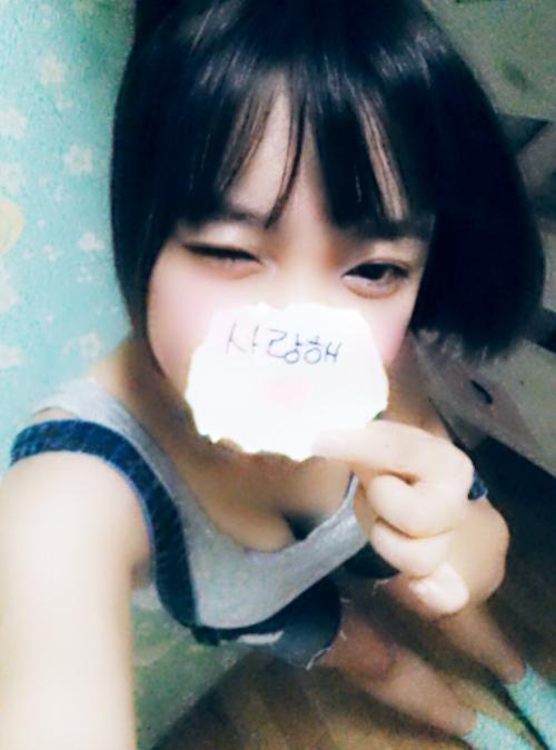 韓国のパイパン美少女の3Pセックス画像 1