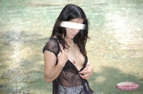 日本の素人女性が川で全裸になってる野外露出ヌード画像 2