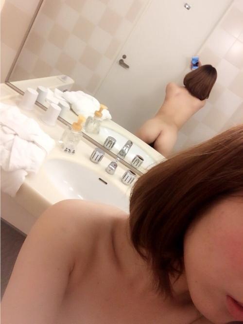 微乳な日本の素人美女の自分撮りヌード画像 3