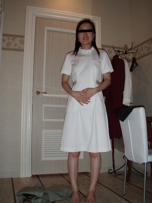 ナース服を着た微乳な人妻のヌード画像 1