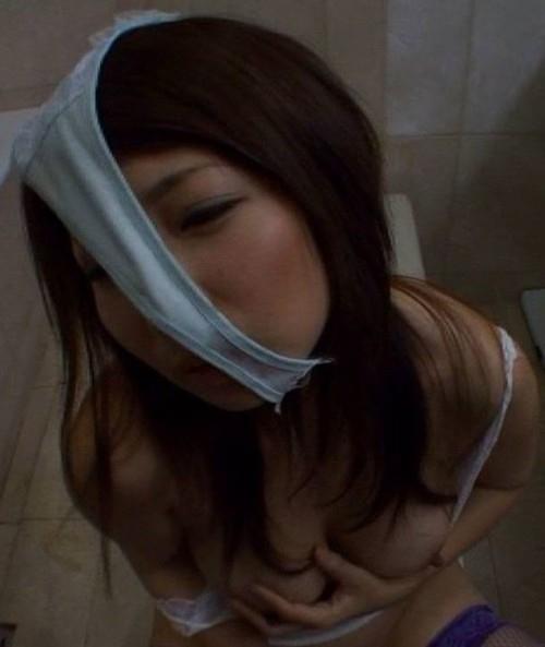 パンティを被ってる素人女性のヌード画像 2