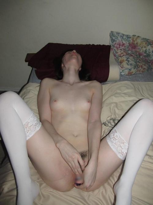 美乳な西洋素人美女のヌード&オナニー画像 15