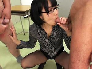 メガネの痴女教師が淫語で説教しながらクラス男子全員をフェラ手コキ抜きしてザーメンごっくん!阿部乃みく