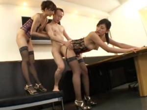 長身モデル体型の痴女お姉さん2人とチビ男のハーレム3Pセックス 神波多一花 白鳥ゆな
