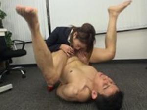 エロい関西弁のOLがちんぐり返しフェラ責めでM男をイカせる動画