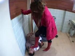 万引き犯に間違われた社長令嬢が警備員をブーツ責め