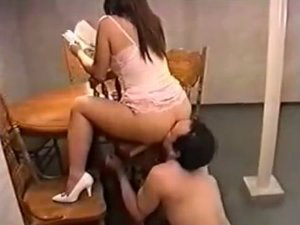 旦那の腕を椅子に束縛してアナルを舐めさせながら読書する美人妻 三条ルミ