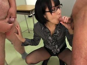 授業中に生徒のザーメンをごっくんするメガネ痴女教師 阿部乃みく