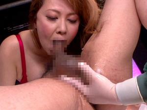助手にアナル前立腺責めをさせながら乳首とチンポを刺激しまくる巨乳痴熟女