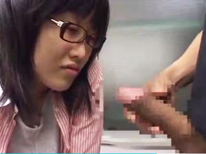19歳学生のメガネ素人娘に至近距離でセンズリ鑑賞してもらいます。 表紙