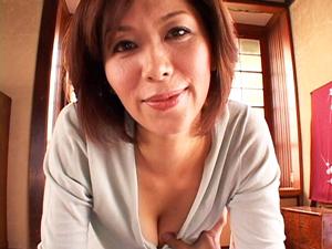豊満お母さんが柔らかいオッパイを揉ませて優しいフェラチオで起こしてくれます。翔田千里