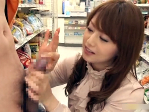 【吉沢明歩】コンビニで店員を誘惑してチンポを引きずり出してフェラするド痴女