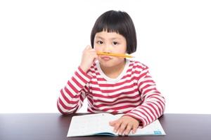 宿題に飽きた子供リサイズ
