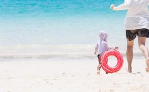 海で追いかけっこする親子ri