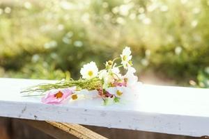 手すりに置かれた花束ri