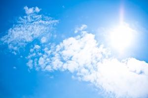 真夏の日差しと青空ri