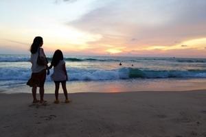 海辺を散歩する母子