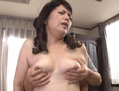 初めての性交撮影で緊張気味のおばさんが女性が見る男性の部分でおまんこを突かれて悶絶おめこしてます。