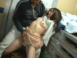 トラックの荷台に連れ込まれ、見知らぬ男に狭い密室で何度も潮を吹かされてしまう女。