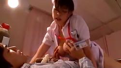 夜勤中に脚をケガして入院してる息子の友達の上で喘ぎ声を殺して前後上下に腰を振りまくる人妻ナース