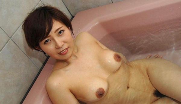 美乳な熟女のエロ画像-16