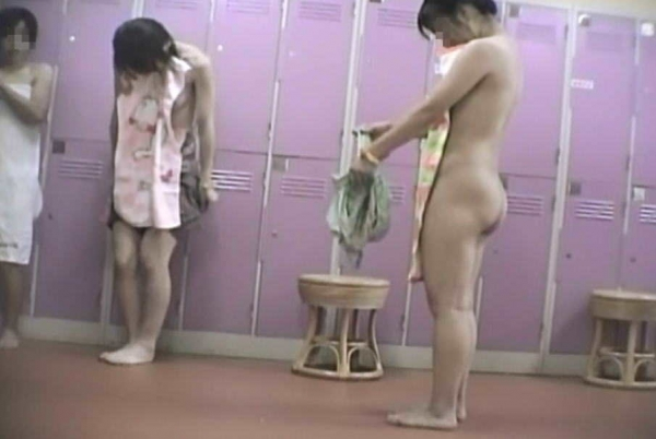 女風呂の脱衣所盗撮隠し撮り画像-47